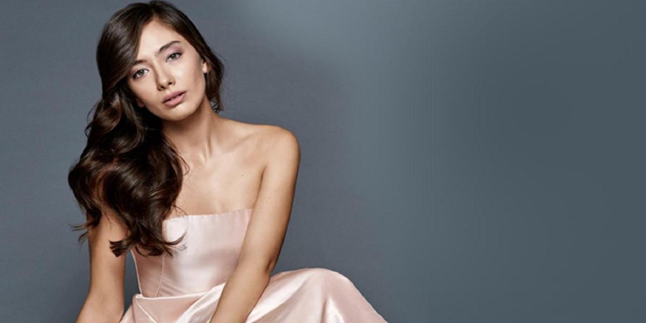 Neslihan Atagül, sosyal medya hesabından cesur pozlar paylaştı! Yırtmaçlı elbiseli fotoğraflarına çok sayıda beğeni yağdı...